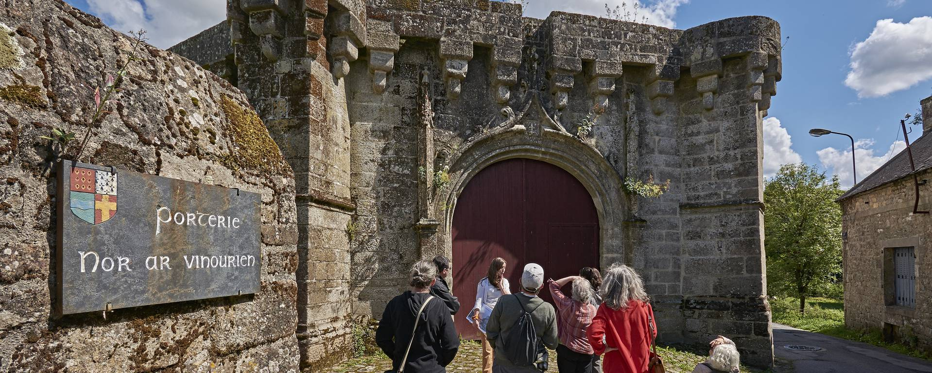 Guided tour at the main gate © M-A Gouret-Puillandre