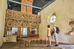 Randonneurs à la chapelle Saint-Nicolas à Priziac